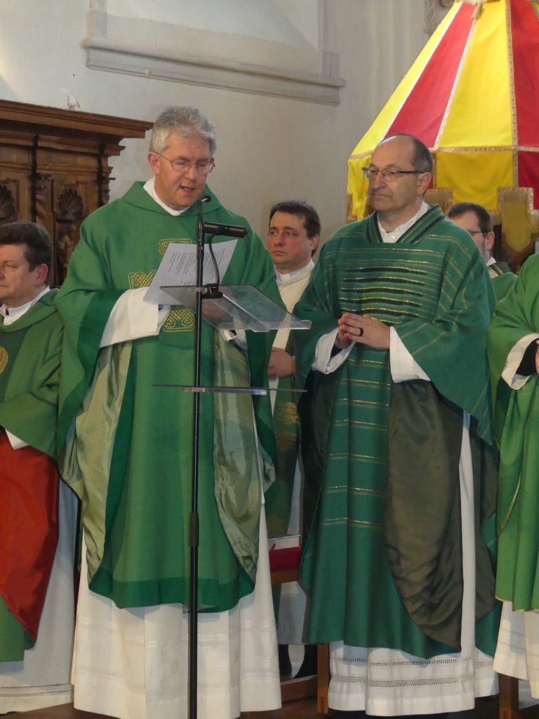 Generalvikar Pater Michael Huber (rechts) überreicht die Ernennungsurkunde an Dekan Peter Hauf (links). Foto: Benno Goth