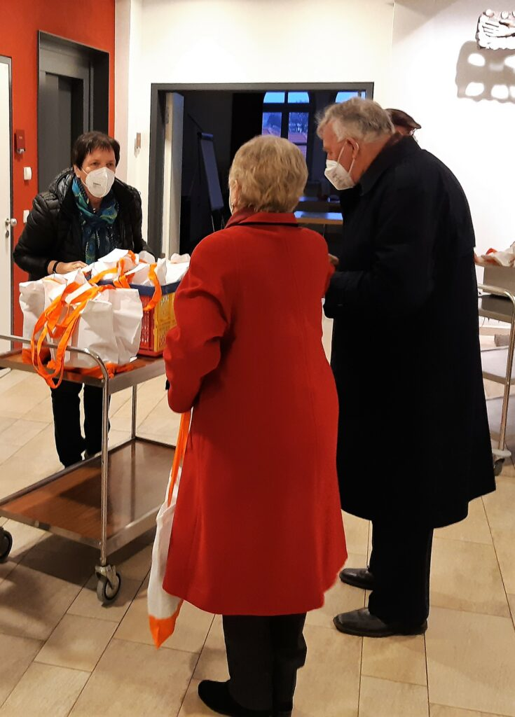"""Stellvertretretende Vorsitzende Birgit Kestel verteilte zusammen mit der Vorstandschaft nach dem Gottesdienst die """"Josefifeier to go""""an die erschienenen Mitglieder."""