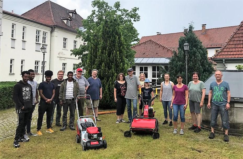 Zusammen mit den eritreischen Freunden brachte die Vorstandschaft der Kolpingsfamilie Kronach den Garten des Bürgerspitals auf Vordermann.