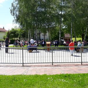 Festgemeinde im Freien