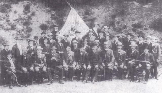 1909 vor der Vereinsfahne