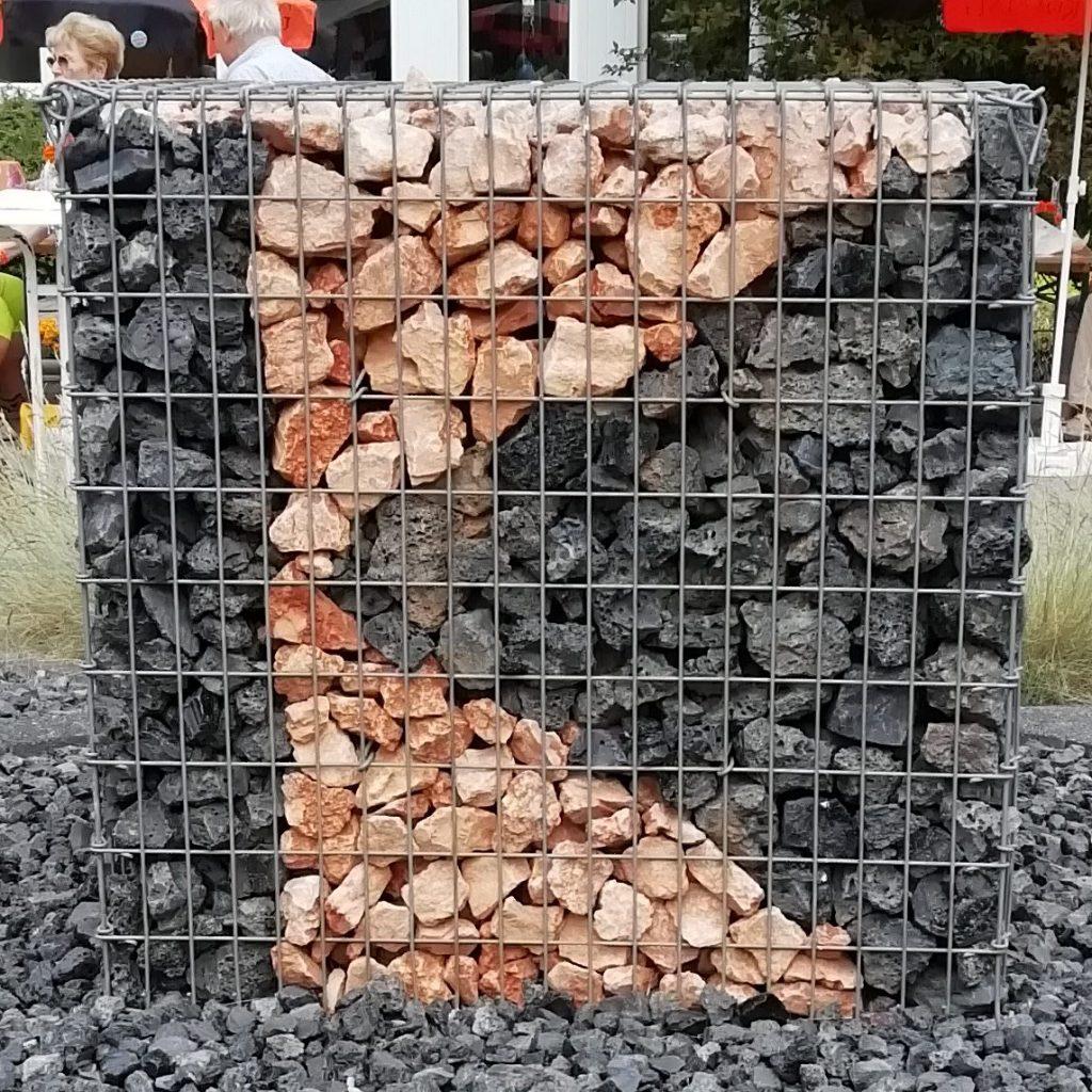 Kolpingzeichen mit Steinen gestaltet