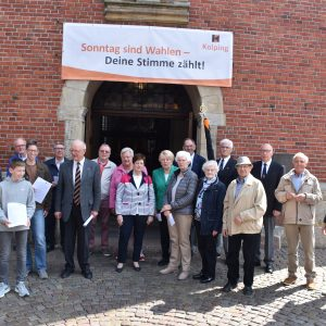 Leute im Eingang zur Propsteikirche mit Banner zur Europawahl