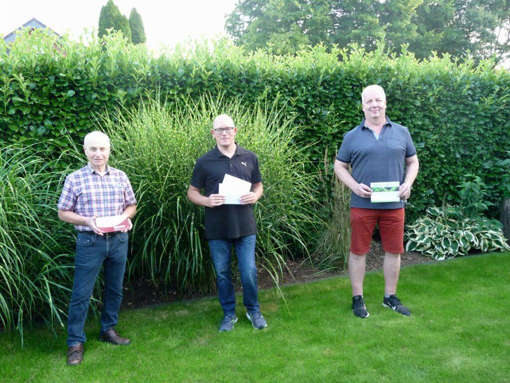 Die beiden Erstplatzierten freuen sich mit Klaus Bornefeld (Kolping, Mitte) über ihren Gewinn!